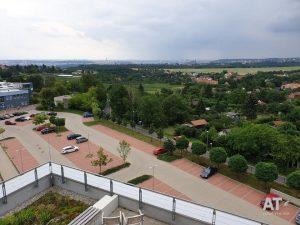 Pohled ze střechy MCEV II ČZU směr Pražský hrad a centrum Prahy