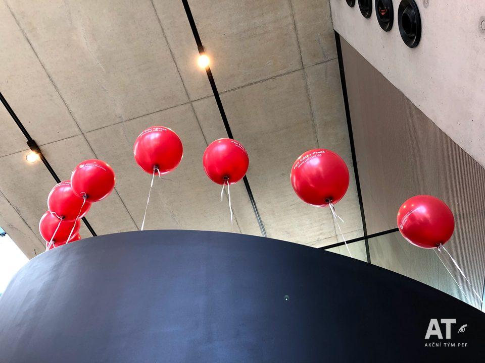 Balónky na schodišti