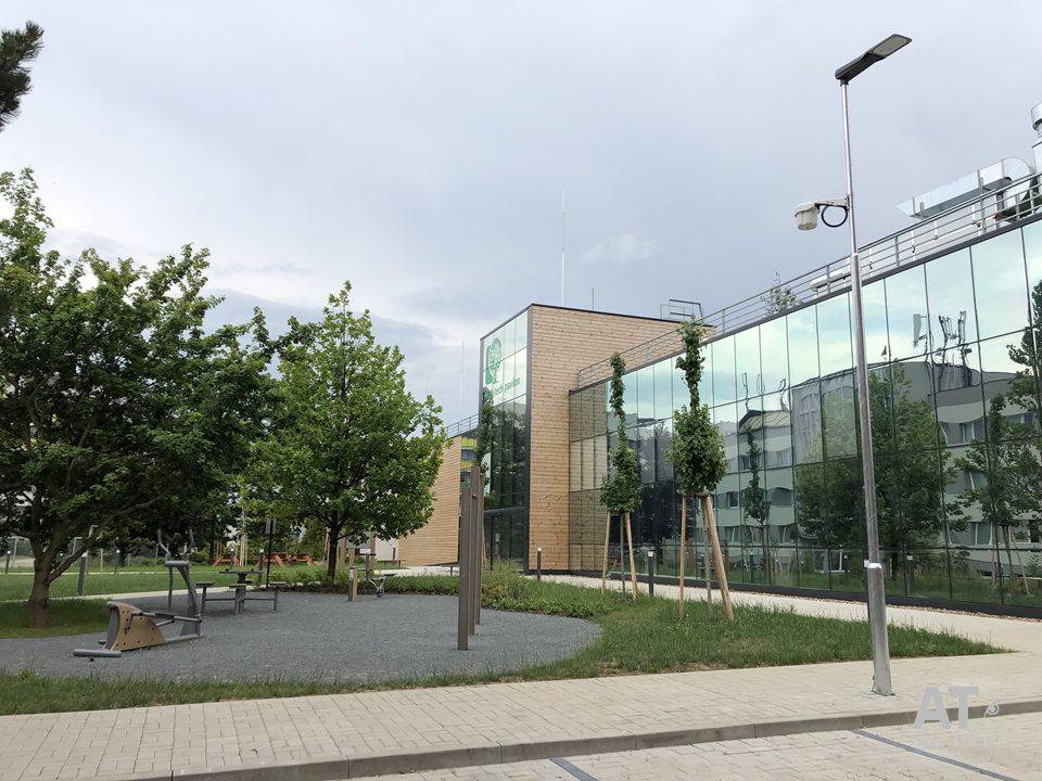 High Tech pavilon za budovou Fakulty lesnické a dřevařské - ČZU v Praze