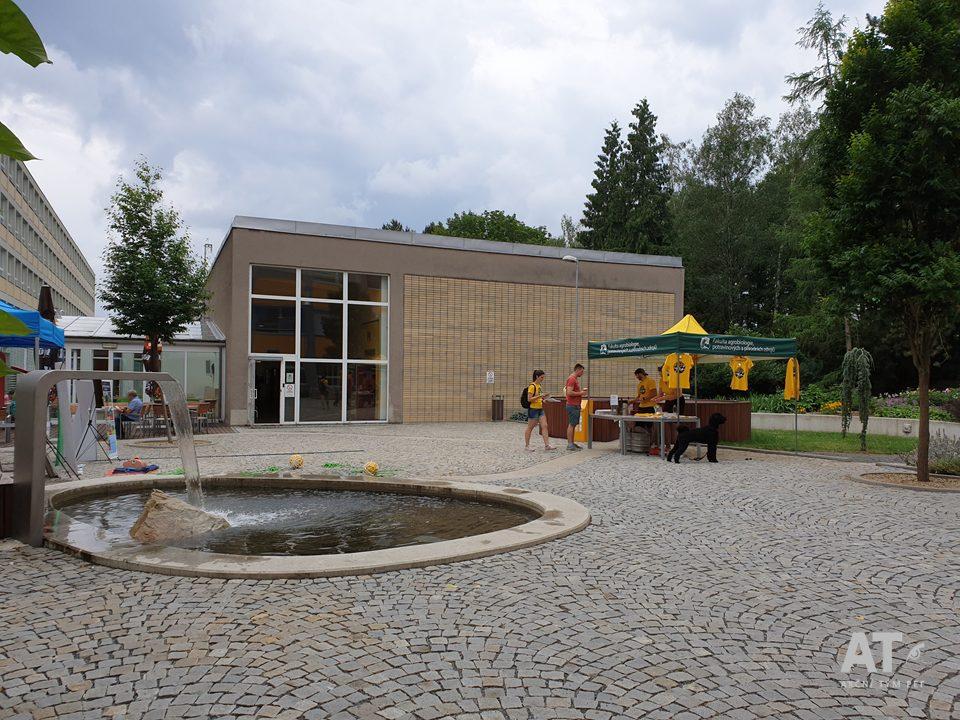 Fakulta agrobiologie, potravinových a přírodních zdrojů ČZU v Praze má mezi budovou A a B krásné prostranství i s kašnou.